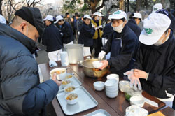 Unemployed temp workers gather in Tokyo's Hibiya Park